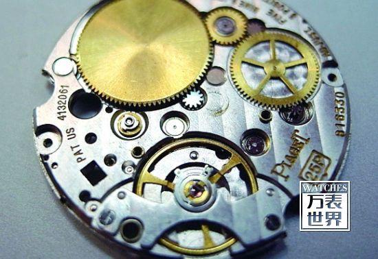 伯爵的25P机芯由Lemania生产,加上自动盘的厚度共为2.08mm,是全球真正最报的自动机芯,但并不耐用,早已被取代。