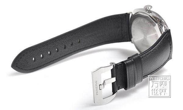 换表带应该注意的问题: 1、表带带环扣的那截(短的那截)应始终在手表的上方(当手表正看,表把在右面时)。表带不像人的腰带,安装方位是有规定的。 2、金属表带。当手表摊开时,表带折扣上的字母或标识要表盘一致,如果是颠倒的,那就是表带装反了。你能用大拇指开表扣就对了,蝴蝶扣的就只能看标识是否和表盘是一顺的了。表带反了,开启闭合一定不顺手的 手表表带的保养 对于皮质表带来说,尽可能不要接触到水,皮革表带与金属表带比起来,汗水与水分对皮革表带的损害度会比较大,所以当不小心弄湿时,请尽快用吸水性强的软布将其擦干。取