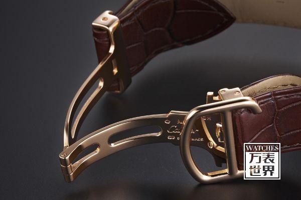 1、卡地亚手表刚带皮带哪个好 不能说哪个好,这个只是个人喜欢皮表带看上去休闲,时尚点钢表带稍微成熟稳重点。不过讲究实用的话,那钢的肯定是寿命长的,一根皮表带大概最多用2年左右,就一定要换,你用了就知道,很容易脏,而且经常取上取下容易坏。不过要是年纪轻的话,还是建议买皮的,看上去洋气点。钢的好老有什么想问的可以追问我,记得采纳我的意见哦