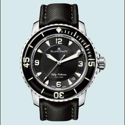 黑色的腕表上鲜明的白色数字具有良好阅读性